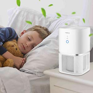 niño duerme con purificador de aire